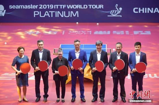 5月28日晚,菁英航运国际乒联世界巡回赛2019中国乒乓球公开赛(深圳)开幕式在深圳宝安体育馆举行。来自中国、德国、美国等国家和地区约250名乒乓球选手参赛。图为嘉宾出席2019中国乒乓球公开赛(深圳)开幕式。中新社记者 陈文 摄