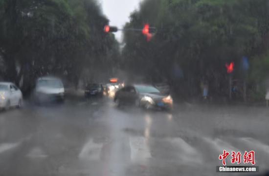 资料图:深圳暴雨,市民出行受到影响。陈小红 摄
