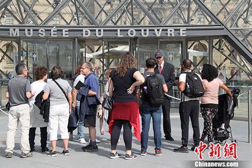 资料图:2019年当地时间5月27日,位于法国巴黎的卢浮宫遭遇工作人员罢工闭门谢客,很多游客无法进入卢浮宫参观。中新社记者 李洋 摄