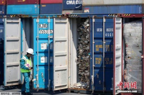 当地时间5月28日,马来西亚巴生港,马来西亚能源、科学、科技、气候变化及环境部长杨美盈(Yeo Bee Yin)向媒体展示装在集装箱里的塑料垃圾。据外媒报道,为避免成为富裕国家的垃圾场,马来西亚能源与环境部部长杨美盈周二宣布了将垃圾运回的计划,将目前在马来西亚港口的3300吨塑料垃圾运回源头国。