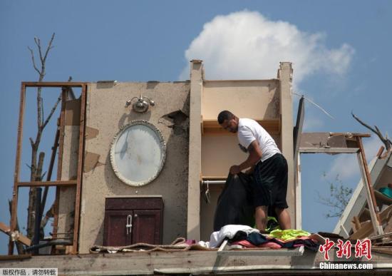 当地时间5月28日,美国俄亥俄州,当地居民在龙卷风后返回家中收集遗留的财物。据外媒报道,近日,威力强大的龙卷风扫过美国中部的俄亥俄州,官员28日表示,强风造成数人受伤,还导致约500万人无电可用。