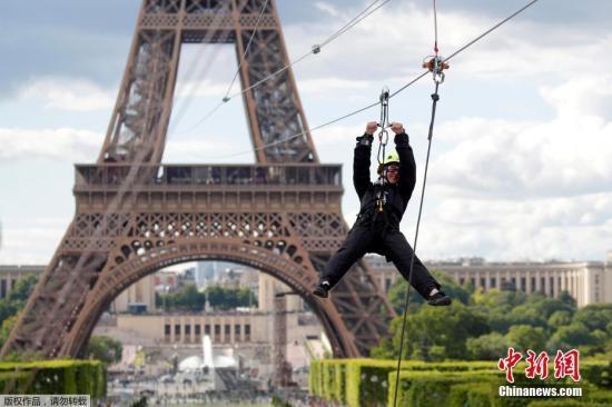 材料图@员天工夫5月28日,一位客沿着800米少的道路从离115米下的巴黎埃菲我铁塔两楼逞砒一条绳子逆势而下。