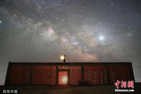 资料图:葡萄晾房上遥望星空。王俊峰 摄 图片来源:视觉中国