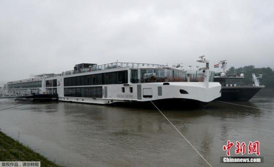 本地工夫5月29日早,匈牙利布达佩斯市中间多瑙河发作两艘船相碰变乱,已致7人灭亡,21人失落。图船相碰变乱慑船只之一。