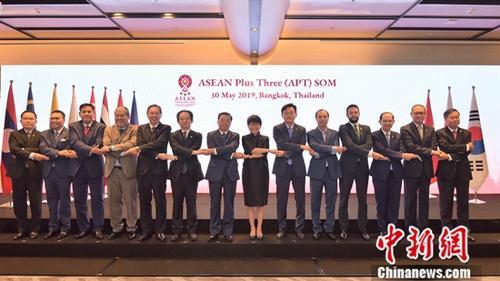 5月30日,中国驻东盟大使黄溪连代表中方高官出席在泰国曼谷举行的东盟与中日韩(10+3)高官会,就中美经贸摩擦问题阐述了中方立场。与会各方代表呼吁坚持多边主义和自由贸易,反对单边主义和保护主义。图为与会代表合影。 <a target='_blank' href='http://www.chinanews.com/'>中新社</a>发 泰外交部 供图