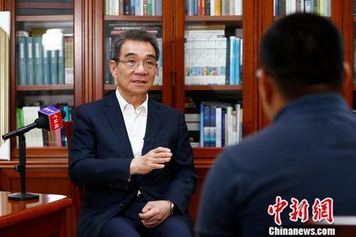 近日,林毅夫在其北大的办公室内接受<a target='_blank' href='http://www.chinanews.com/'>中新社</a>记者专访。美国升级中美贸易摩擦,双方博弈陷入僵持。但对于中国经济的发展前景,北京大学新结构经济学研究院院长、南南合作与发展学院院长、国家发展研究院名誉院长林毅夫保持其一贯的乐观态度。<a target='_blank' href='http://www.chinanews.com/'>中新社</a>记者 富田 摄