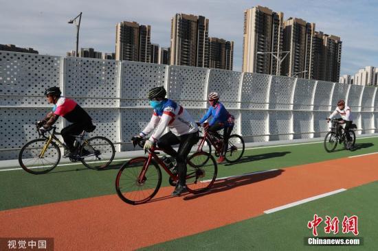 资料图:5月31日,北京首条自行车专用路开通运行,大幅缩短回龙观与上地之间的通勤时间。董一鸣 摄 图片来源:视觉中国