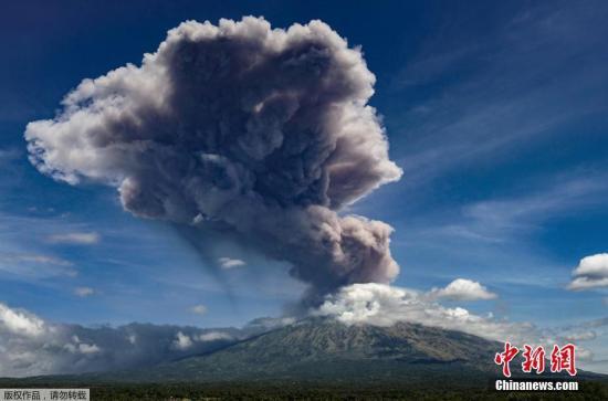 资料图:印尼巴厘岛阿贡火山喷发,火山灰直冲云霄。
