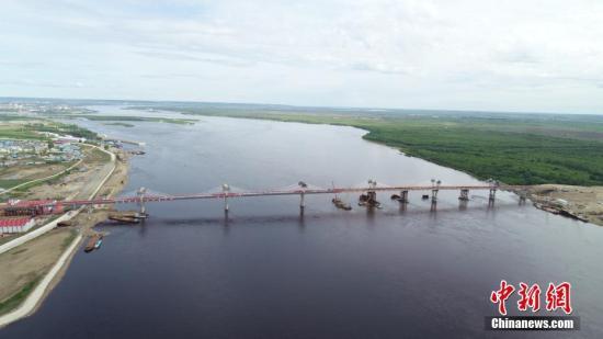 5月31日,中俄合建首座跨境公路大桥黑河——布拉戈维申斯克黑龙江(阿穆尔河)大桥实现合龙。作为中俄界河上第一座跨境公路大桥,建成后将形成一条新的国际公路大通道,实现中俄地方城市间互联互通。图为航拍大桥。 /p中新社记者 吕品 摄