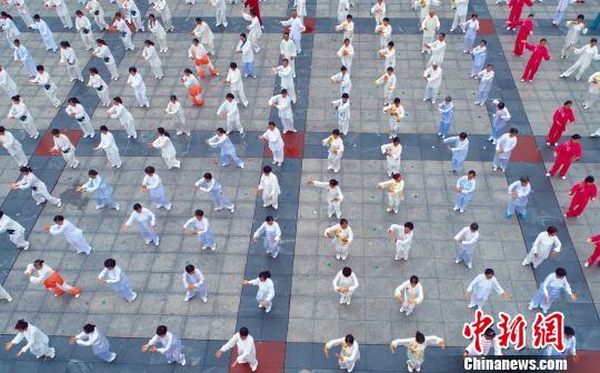 资料图:5月31日,航拍江西省吉安市泰和县太极拳展演活动。 邓和平 摄
