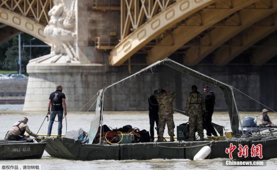 """5月29日,匈牙利都城布达佩斯多瑙河河段""""维西格恩""""号船碰翻另外一艘船""""佳丽鱼""""号。""""佳丽鱼""""号拆载33名韩国人战两名匈牙利海员,迄古确认7人罹难,7人得救,21人下跌没有明。"""