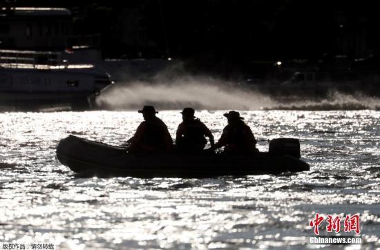 材料图@员天工夫5月29日,匈牙利都城布达佩斯多瑙河河段发作两船相碰变乱,招致7人罹难,21人下跌没有明。图搜救现场。