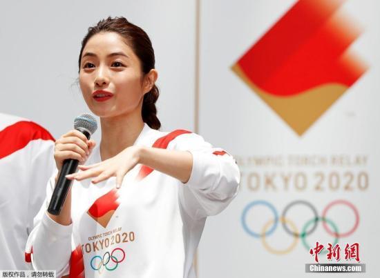 资料图:当地时间6月1日,2020年东京奥运会火炬手服装样式公布,担任接力官方大使的日本演员石原里美现场试穿并展示了火炬手的制服。