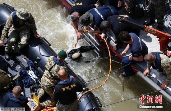 """5月29日,匈牙利首都布达佩斯多瑙河河段""""维京·西格恩""""号游船撞翻另一艘游船""""美人鱼""""号。""""美人鱼""""号搭载33名韩国人和两名匈牙利船员,迄今确认7人遇难,7人获救,21人下落不明。"""