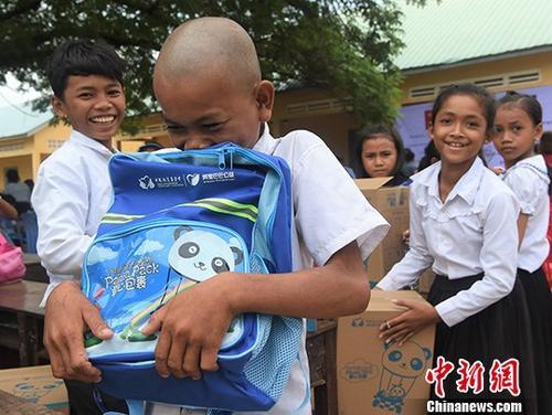 """中国扶贫基金会在柬发放""""爱心包裹""""  三万余小学生受益"""