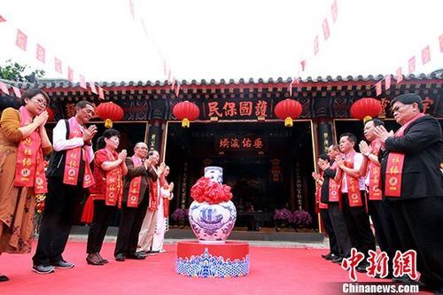 """6月1日,""""两岸妈祖缘""""文化交流活动在天津启动。图为两岸妈祖宫庙负责人将取自两岸多地的水汇聚一起,进行""""众水合一""""仪式。 中新社记者 张道正 摄"""