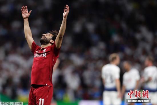"""6月2日凌晨,本赛季欧冠决赛在马德里万达大都会球场进行。最终凭借萨拉赫和奥里吉的进球,利物浦2:0击败托特纳姆热刺捧起欧冠奖杯。这也是利物浦队史的第六座大耳朵杯,在05年著名的""""伊斯坦布尔奇迹""""后,他们时隔14年再次圆梦。 比赛开始仅25秒,热刺便遭遇打击,马内禁区内的传中打在西索科手上,裁判判罚点球。萨拉赫主罚命中,为利物浦建立起1:0的优势。此后双方都未能创造太多机会。上半场,一名女球迷闯入赛场一度导致比赛暂停。 下半时,米尔内第69分钟的一记射门擦右门柱而出。阿利松则连续做出扑救,力保利物浦城门不失。第87分钟,利物浦获得角球。在门前混战中,替补登场的奥里吉于禁区左路拿球后低射,..."""