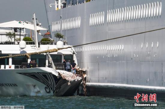"""报道称,事发于2日早上8时半左右,当时""""歌剧""""号正准备靠岸停泊,驶经通过圣马可广场的朱代卡运河时,失控冲向岸边,船身先擦过码头,再撞上另一艘小型观光船。"""