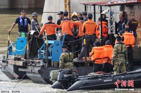 """当地时间2019年6月3日,匈牙利布达佩斯,救援人员持续搜寻沉船事故失踪者。5月30日,匈牙利警方在记者会上表示,在多瑙河上沉没的""""Habelany号""""游船在航行过程中突然改变前进方向,与后方驶来的""""海盗号""""大型游轮相撞,游船被撞翻后仅7秒钟即沉没。"""