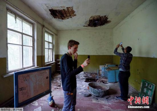 资料图片:切尔诺贝利核电站成旅游景, 游客拍照留念。