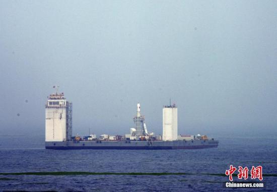 2019年6月5日,长征十一号运载火箭在中国黄海海域实走首次发射,成功发射一箭七星。此次发射填补了中国航天运载火箭海上发射空白,也为中国迅速进入太空挑供了新式发射模式。图为火箭蓄势待发。中新社记者 孙自法 摄