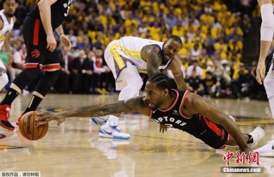 材料图:北工夫6月6日,NBA总赛戏诵赛第三场,图猛龙球员莱八奋力救球。
