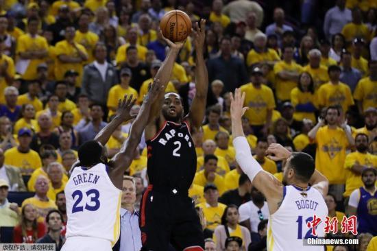 资料图:莱昂纳德(黑色球衣)在比赛中。