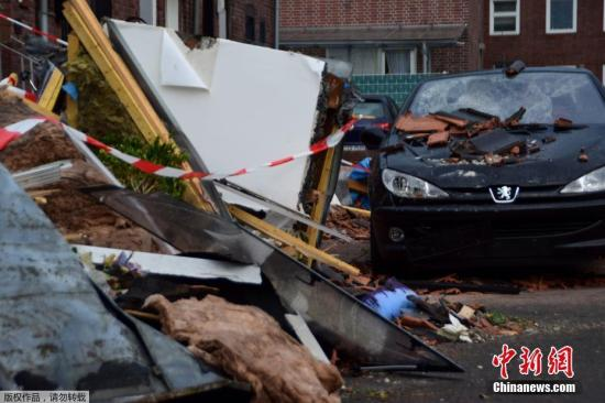 当地时间6月5日,德国北莱茵-威斯特法伦州Bocholt小镇遭龙卷风袭击。
