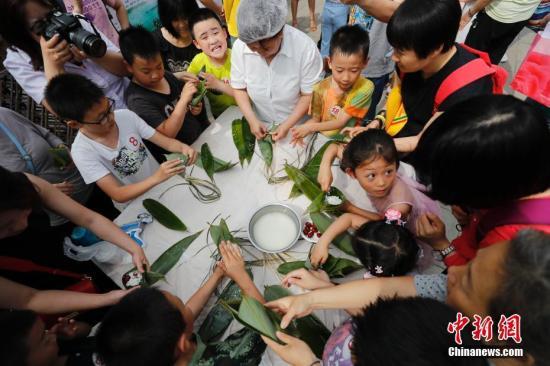 材料图:端五假期,客到场包粽子举动。a target='_blank' href='http://www.chinanews.com/'种孤社/a记者 杜洋 摄