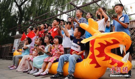 资料图:端午假期游客在北京玉渊潭体验多彩民俗。中新社记者 杜洋 摄