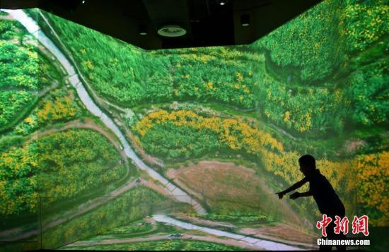6月7日,一位小男孩正在北世园会止您馆内观光。a target='_blank' href='http://www.chinanews.com/'种孤社/a记者 张兴龙 摄