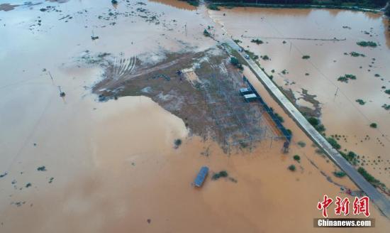 6月8日,無人機航拍江西省吉安市泰和縣石山鄉上居村、洲下村,農田受淹、道路中斷。鄧和平 攝