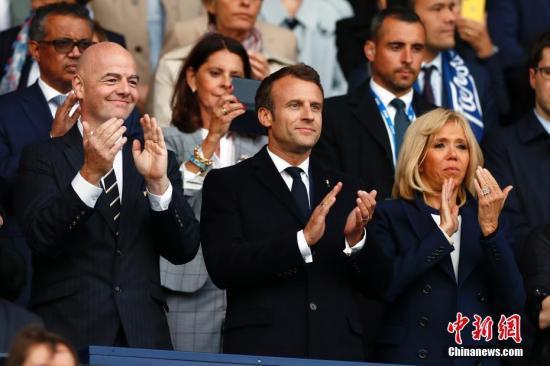 资料图:法国总统马克龙及夫人布丽吉特(图中和图右)。中新社记者 富田 摄