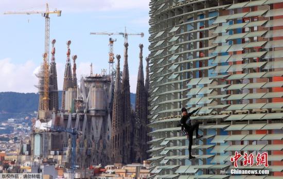"""圣家堂是西班牙建筑巨匠高迪的毕生力作,于1882年开始动工兴建,每年吸引超过400万游客参观,更于2005年被联合国教科文组织列入世界遗产名录。图为""""圣家族大教堂""""资料图片。"""