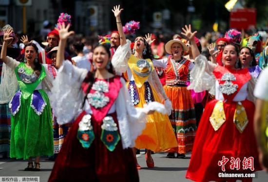 当地时间6月9日,德国柏林,表演者参加了一年一度的街头游行,这是该城市举办的文化嘉年华的一部分,旨在庆祝民族多元化。