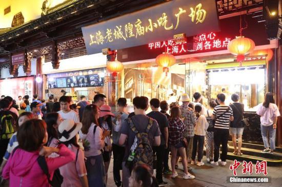 资料图:上海豫园夜市特色美食吸引食客大排长龙。张亨伟 摄