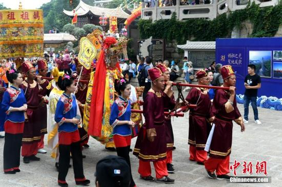 6月9日,来自台湾的38家妈祖宫庙信众代表与湄洲岛妈祖信众一起在福建省湄洲岛妈祖祖庙共谒妈祖。记者 王东明 摄