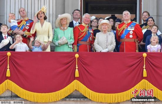 资料图:当地时间2019年6月8日,英国伦敦举行盛大庆典,庆祝英国女王93岁官方生日。图为英女王伊丽莎白二世和王室成员在白金汉宫阳台上庆祝女王生日。