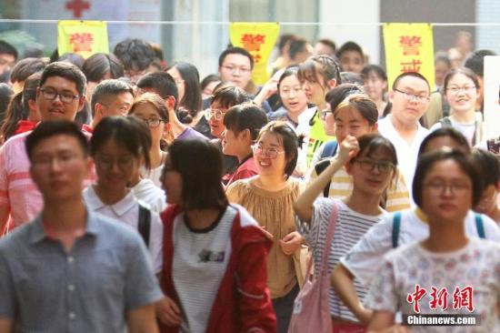 考生们轻松走出考场。泱波 摄