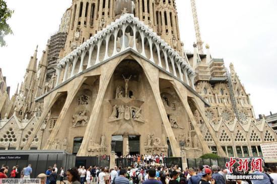 """圣家堂7日发声明指,历经了137年后,巴塞罗那市议会终于批出合法施工许可证,教堂可望在2026年、高迪逝世100周年时完工。根据建造者的说法,当竣工后,高172.5米的中央尖塔,将让圣家堂成为欧洲最高宗教建筑物。图为""""圣家族大教堂""""资料图片。"""