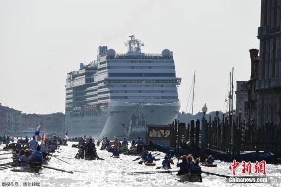 """当地时间6月9日,一艘邮轮驶入威尼斯泻湖的朱代卡运河,在威尼斯水城里向外看,仿佛是一道""""移动城墙""""。威尼斯市长布鲁尼亚罗敦促当局立刻采取行动、开放新的运河水道,纾缓现有水道的交通挤塞情况。"""