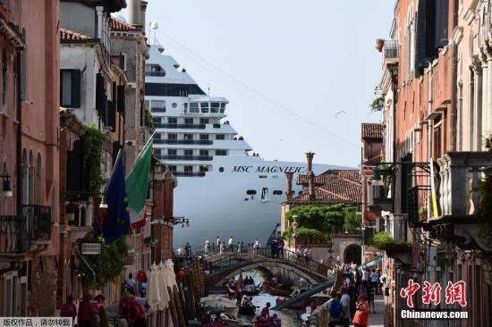 威尼斯女游客凌晨运河游泳:被罚900欧元 遭警方驱逐