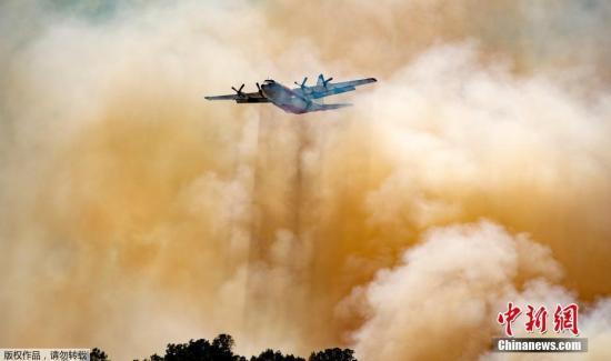 当地时间2019年6月9日,美国加州,北加州山火持续蔓延,危险急剧升高,天然气和电力公司对部分地区约1700名客户进行停电措施。图为当地出动飞机进行灭火降温作业。