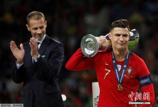 材料图:本地工夫6月9日,葡萄牙队正在波我图水龙球场以1:0打败荷兰队,博得尾届欧洲国度联赛冠军,那也是他们继3年前正在欧洲锦标赛上减冕后,博得的第两个年夜赛冠军。颁奖典礼上,C罗扛走奖杯一脸傲娇。