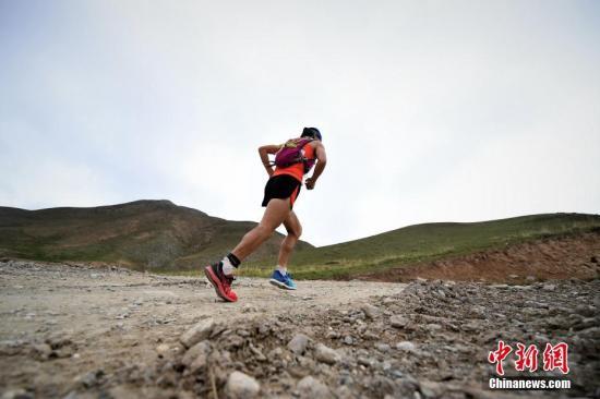 在马拉松日渐普及以后,越野跑等户外跑步运动也主将被人们喜爱。资料图图为选手正在沙石路面进行比赛。<a target='_blank' href='http://www.chinanews.com/'>中新社</a>记者 马铭言 摄