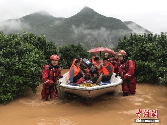 原料图:消,防声援人员用冲锋舟声援遇险民多。中新社发 石岳杰 摄