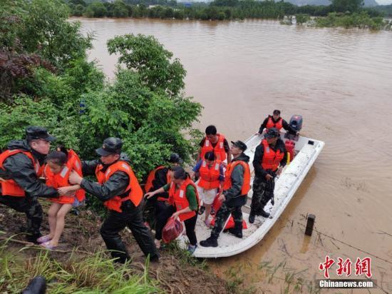 图为武警官兵在。桂林市全州县拯救被困民多。中新社发 谭志勇 摄