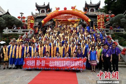 图为台湾妈祖宫庙代表在湄洲岛妈祖祖庙前合影留念。中新社记者 王东明 摄