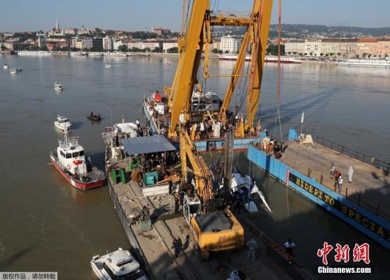 """资料图:当地时间6月11日,匈牙利游客观光船""""美人鱼""""号船体被打捞出水。当地时间5月29日,它与""""西格恩""""号邮轮相撞。之后,游船倾覆沉没。"""