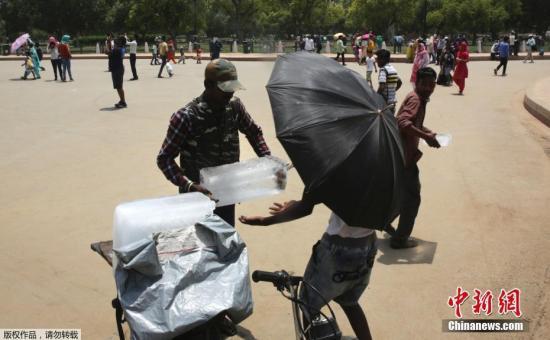 印度气象局在气温连续两天达到摄氏45度时,就会发出热浪警报,而严重的热浪警报,则是连续两天的气温达到摄氏47度。